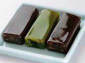 粒餡の小倉(おぐら)、こし餡の本煉、抹茶(まっちゃ)の3種類の味が楽しめます。