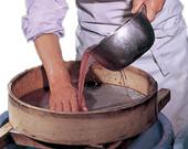 口どけのよさと風味を出すための「手ごし」と呼ばれる工程においては、通常よりもきめの細かい餡ふるいを使用することで口どけの良い羊羹に仕上がります。